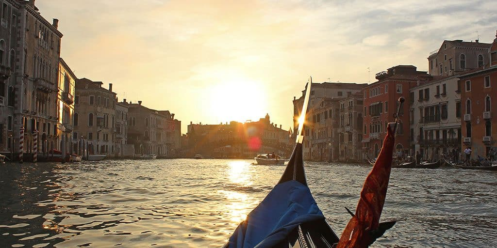 How to Take a Romantic Gondola Ride in Venice: Booking the Best Venice Gondola Tour